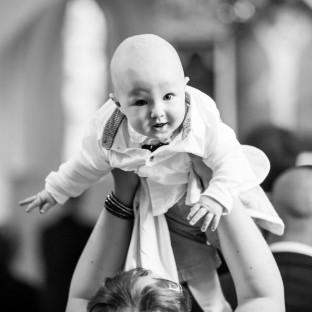 Baby in der Kirche