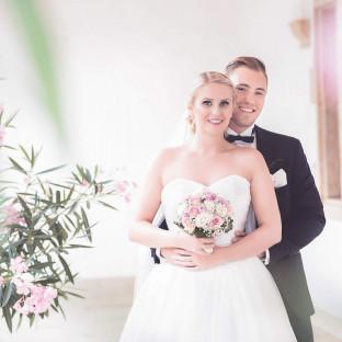 Hochzeitsfoto mit Blumen im Schlossgarten
