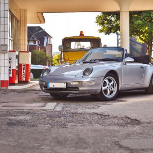 Porsche 911 an alter Tankstelle