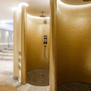 Wellnessbereich - Duschen mit Goldmosaik im Waldhaus