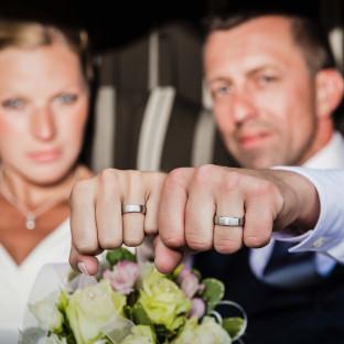 Brautpaar zeigt Fäuste - und Ringe!