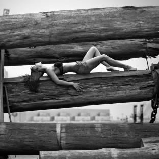 Sexy Frau auf Holzbalken Am Museumshafen Hamburg