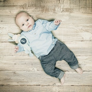 Baby auf Holzboden, Holzparkett - Fotostudio Pinneberg