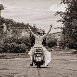 Brautpaar auf Motorroller in Itzehoe