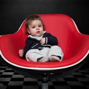 Baby auf Sessel