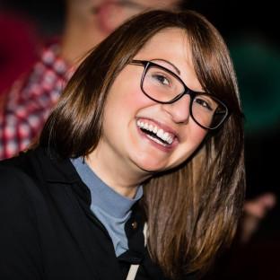 Lachende Frau bei Feier