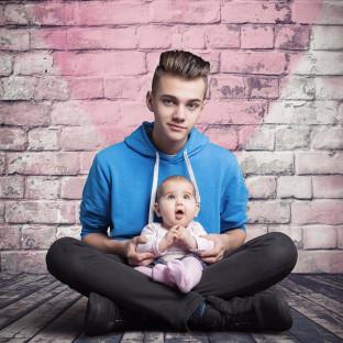 Bruder mit Baby / professionelles Studiofoto
