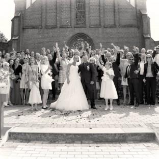 Gruppenfoto bei Trauung vor der Kirche