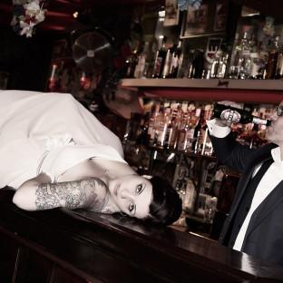 Rockiges Hochzeitsfoto in einer Kneipe