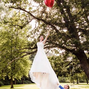 Braut fliegt mit Luftballons. Foto vom Hochzeitsfotografen