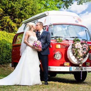 Brautpaar mit T1-Bulli an einem sonnigen Tag