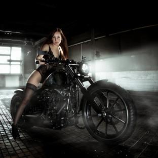 Schöne Frau in Dessous auf Harley Davidson