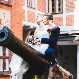 Ehepaar küssend auf Kanone in Winsen