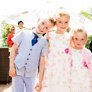 Kinder auf Hochzeitsfeier