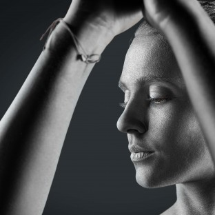 Ästhetisches Foto von silberner Sportlerin, Bodypainting
