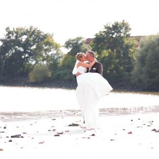 Brautpaar am Strand in Wedel