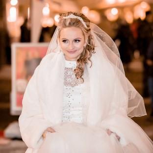 Braut auf dem Weihnachtsmarkt