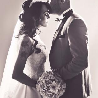 Schwarz-Weiss-Foto von Brautpaar im Fotostudio