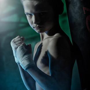 Boxerfoto mit Jungen im Fotostudio Pinneberg bei Chris Reiner