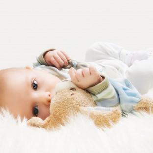 Foto von Baby mit Kuscheltier