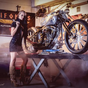Shooting mit Custom-Bike und brünetter Frau in Hamburg