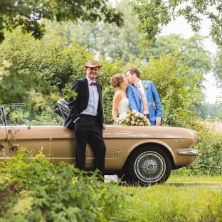 Brautpaar mit Ford Mustang