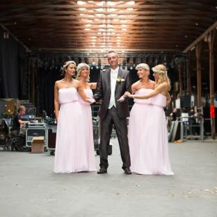 Mann mit Brautjungfern