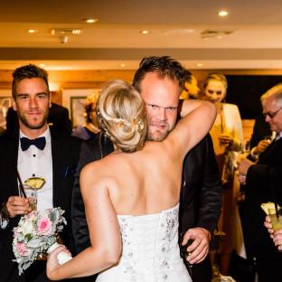 Braut umarmt Mann