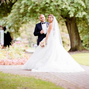Hochzeitsfoto von türkischem Paar im Park