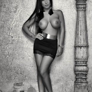Aktpose stehend an einer Wand