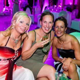 Freundinnen bei Hochzeit