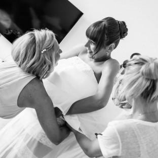 Kleid anziehen vor Hochzeit