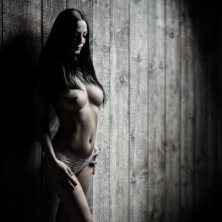 Dunkelhaarige Frau an der Wand / Aktfoto aus Hamburg