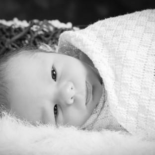 Eingewickeltes Baby im Fotostudio