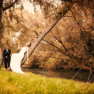 Hochzeitspaar am Fluss