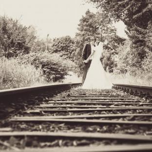 Hochzeitsfoto auf Gleisen