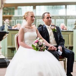 Hochzeitspaar vor dem Altar
