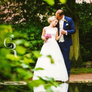 Hochzeitsfoto mit Spiegelung am Teich