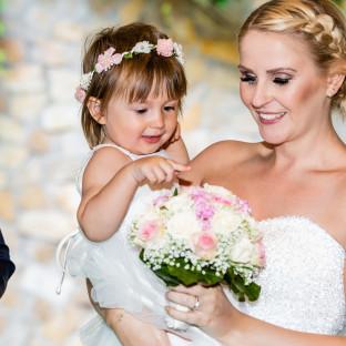 Braut mit Baby im Brautkleid