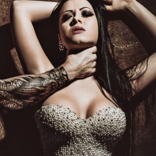 Harte Fotopose von sexy Frau, die gewürgt wird. Fotoshooting mit Chris Reiner