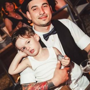 Tätowierter Mann mit Kind