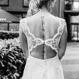 Schöner Brautrücken mit Tattoo