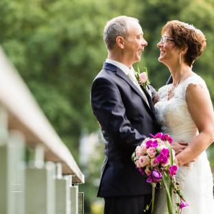 Hochzeitsreportage auf einem Steg am See