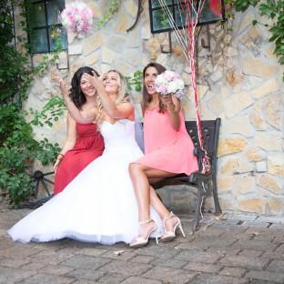 Freundinnen auf Hochzeit mit Braut