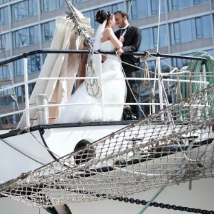 Hochzeitsfotoshooting am Sandtorkai Hamburg auf der LOTH LORIEN