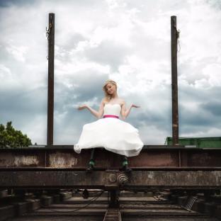 Braut sitzt auf Bräutigam. Kreative Hochzeitsfotos von Chris Reiner