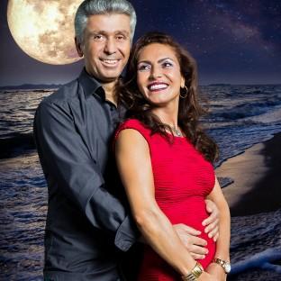 Mann mit Frau am Strand