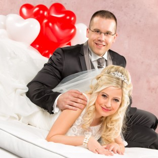 Hochzeitsfotograf Barmstedt/Schlossgefängnis, Ehepaar auf Couch