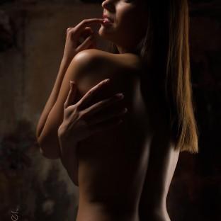 Sinnliches Aktfoto im Fotostudio mit brünetter Frau