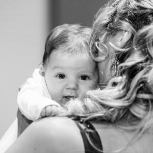 Baby auf Arm der Mutter
